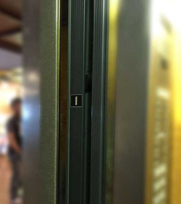 电梯门上的楼层提示